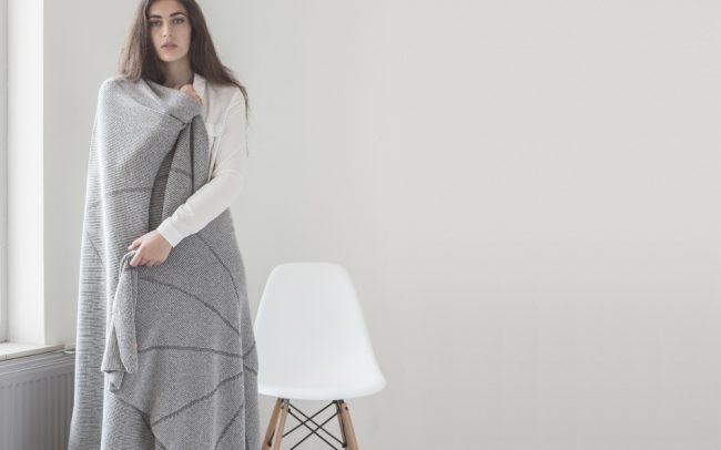 STRIKKS gebreide wollen deken licht grijs